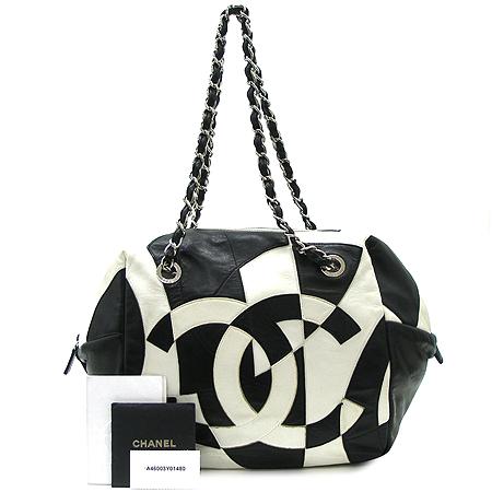Chanel(샤넬) 블랙&화이트 램스킨 빅 문양 로고 은장 체인 숄더백