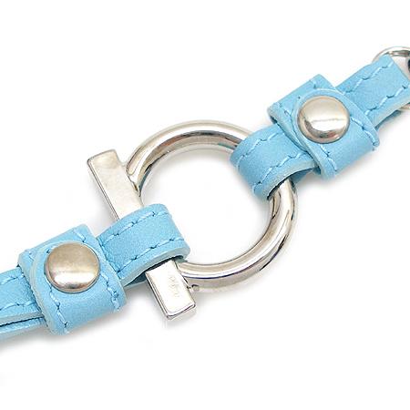 Ferragamo(페라가모) 은장 로고 장식 스카이 블루 핸드폰 고리
