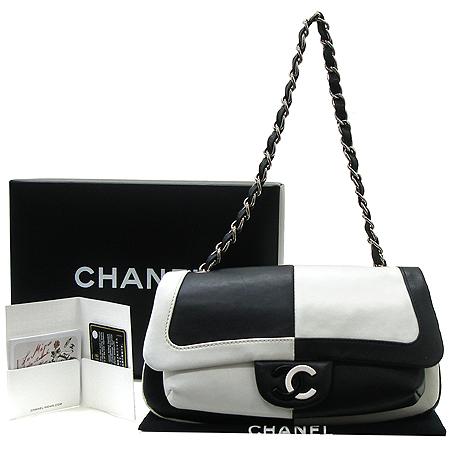 Chanel(샤넬) 로고 장식 블랙&화이트 래더 은장 체인 숄더백 이미지2 - 고이비토 중고명품