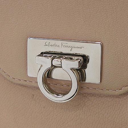 Ferragamo(페라가모) 22 6164  은장 간치니 장식 반지갑