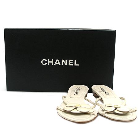 Chanel(샤넬) 까멜리아 장식 아이보리 래더 여성용 스트랩 샌들 [동대문점]
