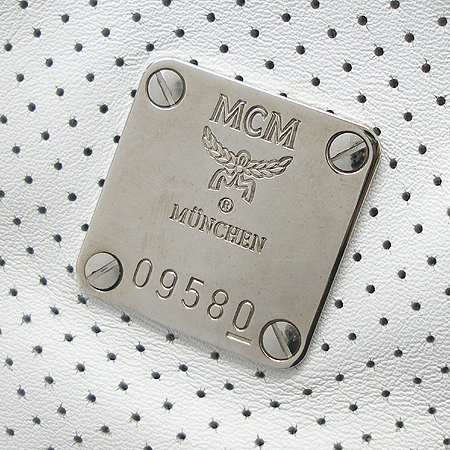 MCM(엠씨엠) 은장 로고 장식 화이트 퍼포 레더 술장식 숄더백