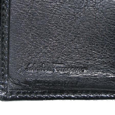 Ferragamo(페라가모) 22 4656 은장 간치니 로고 장식 블랙 페이던트 중지갑
