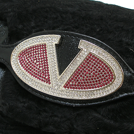 VALENTINO(발렌티노) 로고 장식 블랙 퍼 페이던트 래더 트리밍 클러치 겸 숄더백