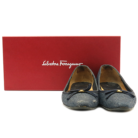 Ferragamo(페라가모) 금장 로고 리본 장식 데님 여성용 구두