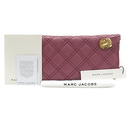 Marc_Jacobs(마크 제이콥스) C3112422 금장 로고 장식 퀼팅 짚업 장지갑