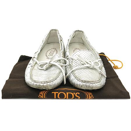 Tod's(토즈) 실버 메탈릭 뱀피 문양 리본 장식 드라이빙 여성용 로퍼