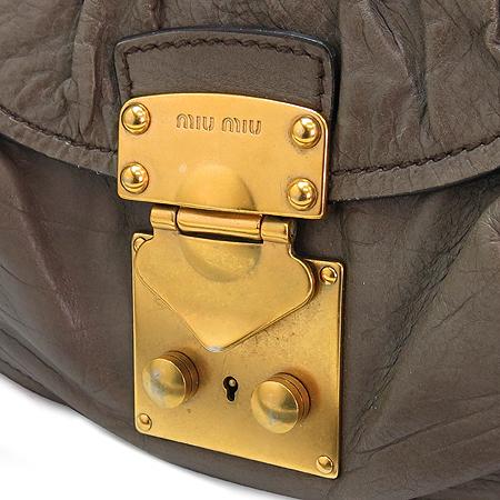 MiuMiu(미우미우) 측면 금장 로고 장식 원 포켓 카키 래더 2WAY