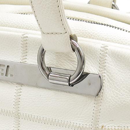 Chanel(샤넬) 화이트컬러 캐비어스킨 은장 플레이트로고 숄더백