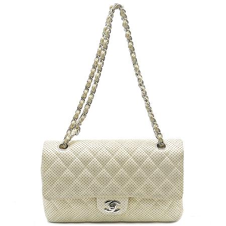 Chanel(샤넬) 화이트 퍼포 클래식 램스킨 M 사이즈 숄더백