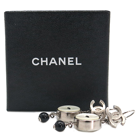 Chanel(샤넬) COCO 로고 자개 단추 귀걸이