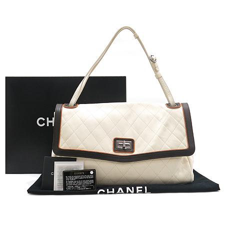 Chanel(샤넬) 화이트 레더 스티치 퀼팅 은장 버클 숄더백