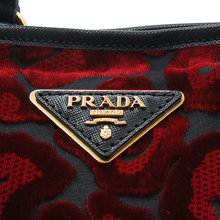 Prada(프라다) B1855V 레드 벨벳 디테일 블랙 사피아노 스트랩 2WAY