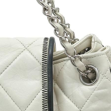 Chanel(샤넬) 램스킨 퀼팅 아이보리 래더 아코디언 은장 체인 숄더백 이미지4 - 고이비토 중고명품