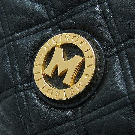 Metrocity(메트로시티) 금장 로고 장식 블랙 레더 복주머니 숄더백