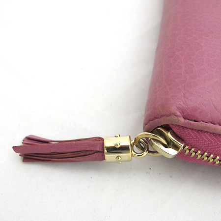 Gucci(구찌) 282413 금장 테슬 장식 쇼킹 핑크 레더 인터로킹 G 소호 짚업 장지갑
