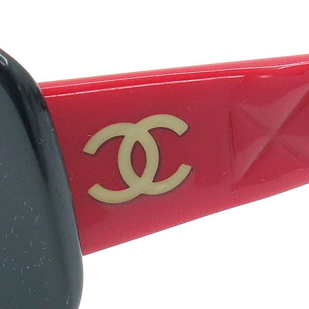 Chanel(샤넬) 5006 측면 로고 장식 투톤 뿔테 선글라스 이미지4 - 고이비토 중고명품