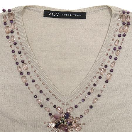 VOV(보브) 연브라운 컬러 비즈 장식 브이넥 티