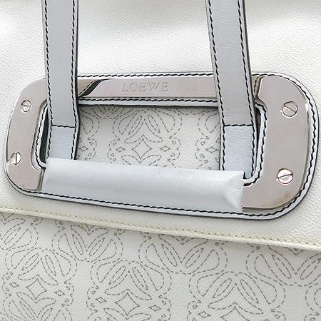 Loewe(로에베) 화이트 레더 로고 장식 빅 숄더백 [강남본점] 이미지4 - 고이비토 중고명품
