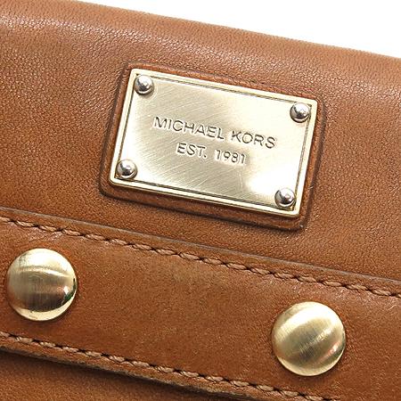 MICHAELKORS(마이클코어스) 사각 플레이트 징 장식 브라운 래더 장지갑