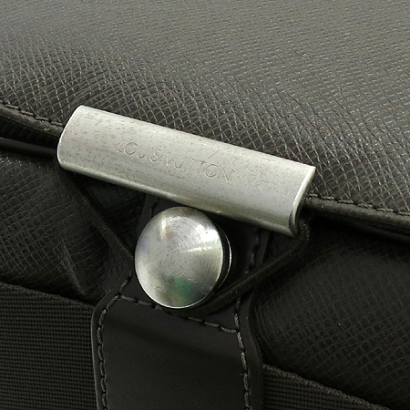 Louis Vuitton(루이비통) M30148 타이가 레더 빅터 크로스백