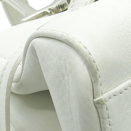 Dior(크리스챤디올) 은장 이니셜 로고 장식 화이트 레더 숄더백