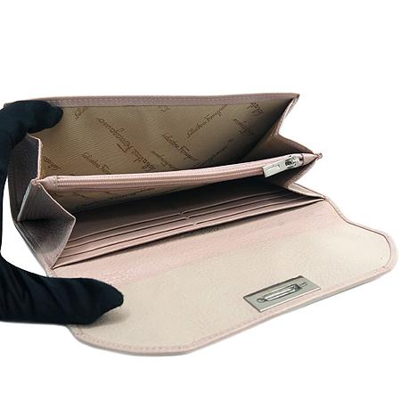 Ferragamo(페라가모) 22 7626 은장 간치니 로고 장식 래더 장지갑
