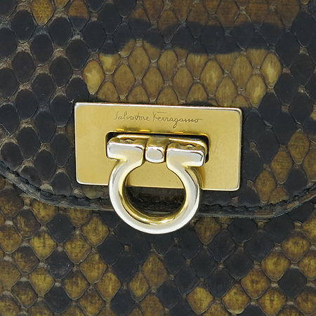 Ferragamo(페라가모) 22 4656 파이손패턴 레더 금장 간치니 로고 장식 중지갑