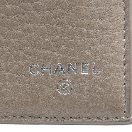 Chanel(샤넬) A68625 다크 베이지레더 은장로고 장식 2단 장지갑 [강남본점] 이미지5 - 고이비토 중고명품