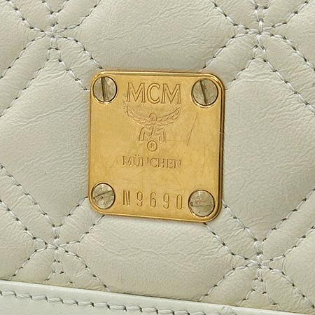 MCM(엠씨엠) 금장 로고 장식 아이보리 컬러 래더 중지갑