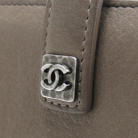 Chanel(샤넬) A68625 다크 베이지레더 은장로고 장식 2단 장지갑 [강남본점] 이미지6 - 고이비토 중고명품