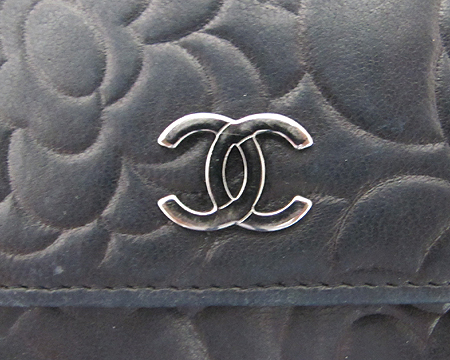 Chanel(샤넬) A47422Y01480 은장 로고 장식 까멜리아 버터플라이 반지갑 [분당매장]