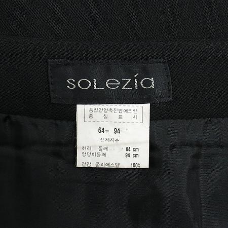 SOLEZIA(에스쏠레지아) 블랙컬러 스커트