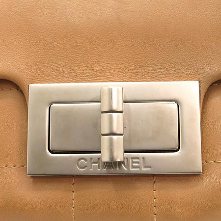 Chanel(샤넬) 은장 로고 원포켓 장식 베이지 레더 숄더백