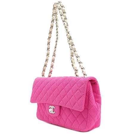 Chanel(샤넬) 퍼포 클래식 핑크 패브릭 은장 CC 로고 화이트 레더 체인 M 사이즈 숄더백