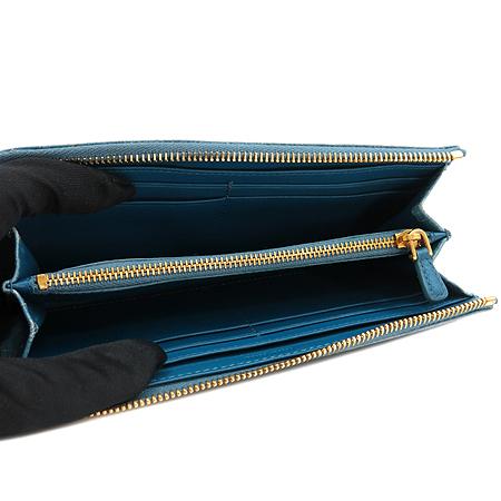 MiuMiu(미우미우) 금장 이니셜 로고 장식 와니 패턴 스카이블루 짚업 장지갑