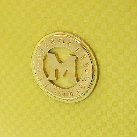 Metrocity(메트로시티) 페이던트 M 금장 로고 장식 체인 숄더백