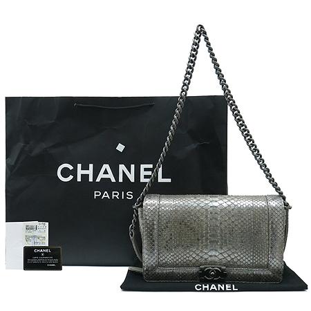 Chanel(샤넬) A67948Y25758 45002 BOY CHANEL 보이샤넬 PYTHON 비단뱀 뱀피 실버 메탈릭 은장로고 체인 숄더백