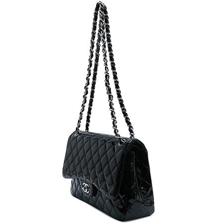 Chanel(샤넬) A58600Y06830 블랙 페이던트 클래식 점보 사이즈 은장 체인 숄더백 [명동매장]