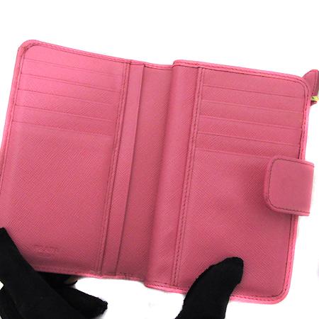 Prada(프라다) 1M1225 금장 레터링 로고 장식 핑크 사피아노 메탈 중지갑 [인천점]