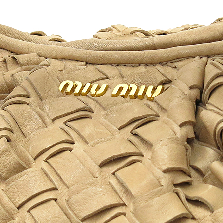 MiuMiu(미우미우) 금장 이니셜 장식 베이지 위빙 토트백