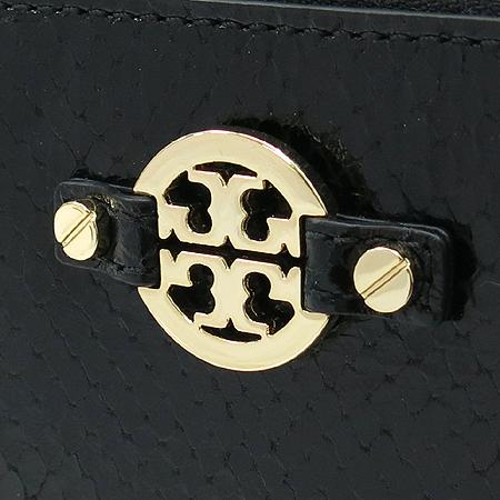 TORY BURCH(토리버치) 금장 아만다 로고 장식 뱀피 패턴 레더 짚업 명함겸 카드지갑 [압구정매장]