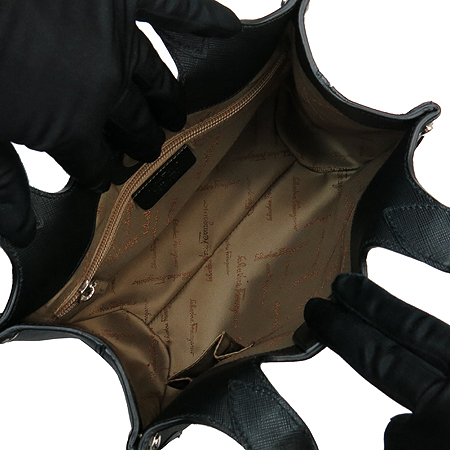 Ferragamo(페라가모) 21 7813 간치니 실버 메탈 로고 블랙 사피아노 레더 토트백