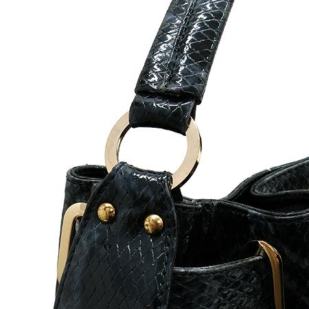 ANNE KLEIN(앤클라인) 블랙 에나멜 파이톤 패턴 금장 로고 숄더백 이미지4 - 고이비토 중고명품