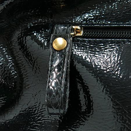 ANNE KLEIN(앤클라인) 블랙 에나멜 파이톤 패턴 금장 로고 숄더백 이미지5 - 고이비토 중고명품