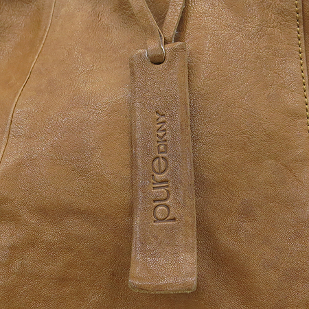 DKNY(도나카란) 브라운 레더 네임텍 장식 숄더백