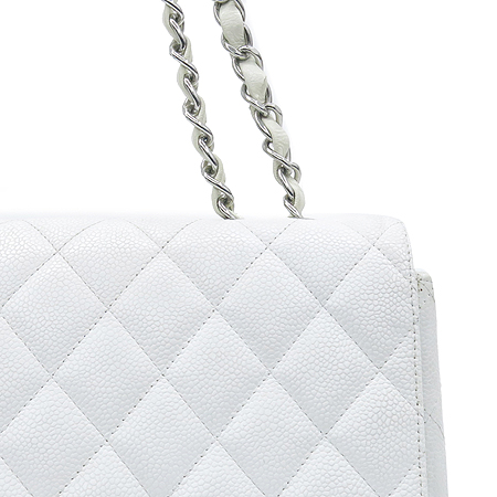 Chanel(샤넬) 캐비어 스킨 화이트 클래식 원 플랩 점보 사이즈 은장 체인 숄더백 이미지4 - 고이비토 중고명품