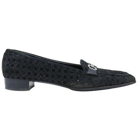 Ferragamo(페라가모) 블랙 스웨이드 은장 간치니 장식 로퍼