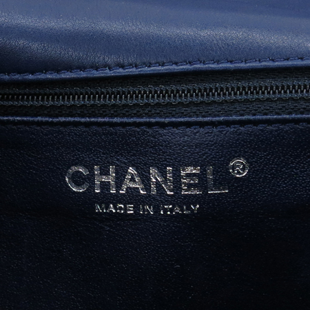 Chanel(샤넬) 크루즈 한정판 쉐브론 은장 로고 장식 네이비 페이던트 숄더백 [논현점]
