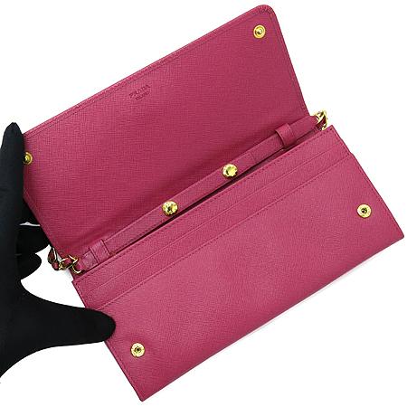 Prada(프라다) 1M1290 금장 이니셜 로고 장식 핑크 사피아노 금장 체인 미니 크로스 장지갑 [압구정매장]